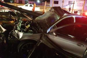 Conductor choca contra un poste y arrasa con valla de protección en la CDMX