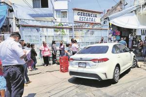 Hombre se 'nortea' y choca su automóvil contra un muro en Morelos