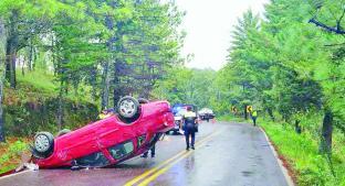 Un vehículo a exceso de velocidad causó que volcara en la Toluca-Altamirano. Noticias en tiempo real