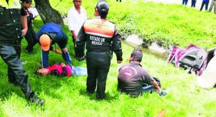 Conductor pierde control de automóvil y cae a canal, en Paseo Tollocan. Noticias en tiempo real
