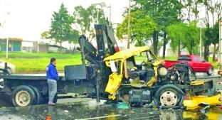 Chofer de grúa estrella unidad contra un tráiler, en la carretera Toluca - Palmillas. Noticias en tiempo real