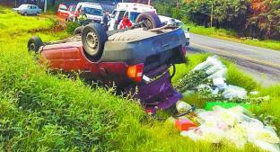Familia de comerciantes que viajaba en camioneta sufre volcadura, en Tenancingo. Noticias en tiempo real