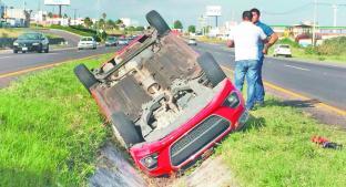Conductor iba distraído y terminó volcado en canal pluvial, en Querétaro . Noticias en tiempo real