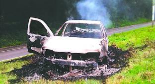 Hallan restos humanos incinerados dentro de automóvil calcinado, en Valle de Bravo . Noticias en tiempo real