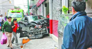 Escolta de empresario atropella a dos y destruye local tras perder el control, en Toluca. Noticias en tiempo real