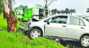 Conductora estrella su automóvil contra árbol, en carretera Toluca - Palmillas. Noticias en tiempo real