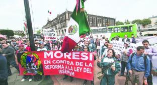 """Manifestantes exigen derogación de """"Ley del Issemym"""", en Toluca. Noticias en tiempo real"""
