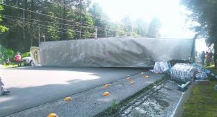 Tráiler que transportaba papel higiénico volcó en la México-Toluca. Noticias en tiempo real