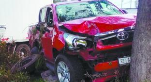 Choca contra camioneta antes de estrellarse con árbol, en la Toluca-Palmillas. Noticias en tiempo real