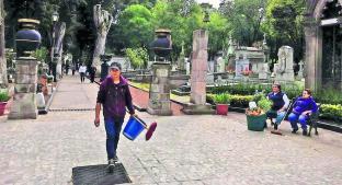 Habitantes de Toluca apresuran limpieza de tumbas por cortes de agua. Noticias en tiempo real