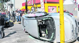 Camión se lleva entre las llantas un auto en Centro Histórico de Toluca. Noticias en tiempo real