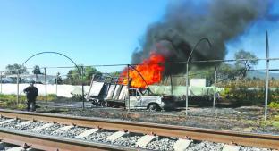 Muere hombre al incendiarse vehículo, en Edomex. Noticias en tiempo real