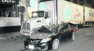 Jóvenes en auto se estrellan y fallece una tripulante, en Metepec. Noticias en tiempo real