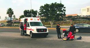 Motoneto sufre accidente tras ser golpeado por vehículo, en Boulevard Bernardo Quintana. Noticias en tiempo real