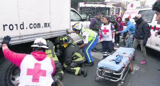 Indigente se refugia del frío abajo de camión pero queda atorado, en CDMX. Noticias en tiempo real