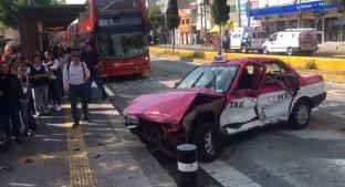 Aparatoso choque entre taxi y ambulancia deja un herido en GAM. Noticias en tiempo real