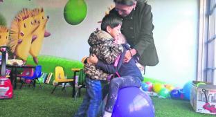 Adoptan a niño con parálisis cerebral y cumplen sueño familiar, en Toluca. Noticias en tiempo real