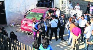 Automovilista pierde el control y se clava en una casa, en Metepec. Noticias en tiempo real