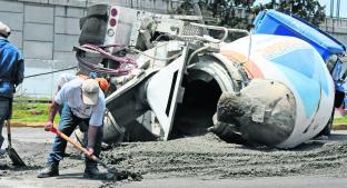 Chofer de revolvedora vuelca y riega 16 toneladas de cemento, en Edomex. Noticias en tiempo real