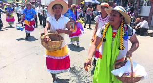 Campesinos vestidos de mujer piden una buena temporada de lluvias en Edomex. Noticias en tiempo real