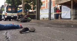 Motociclista se topa con mujer a media calle y le da aventón mortal en Canal de Miramontes. Noticias en tiempo real