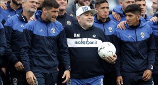 Maradona es presentado como técnico de Gimnasia entre lágrimas y cánticos. Noticias en tiempo real