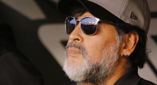 """Maradona sufre humillación en su presentación y responde con """"patadita"""". Noticias en tiempo real"""
