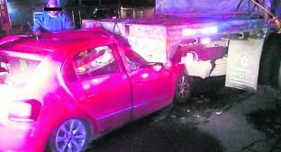Aparatoso choque entre un auto y un camión de carga deja tres lesionados, en Zinacantepec. Noticias en tiempo real
