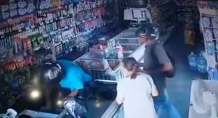 Ladrón besa a anciana mientras su compa se roba la tienda . Noticias en tiempo real