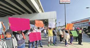 Extrabajadores del ayuntamiento de Cuernavaca realizan bloqueo para exigir su reinstalación. Noticias en tiempo real