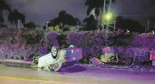 Conductor vuelca automóvil por exceso de velocidad en Morelos, derriba una caseta. Noticias en tiempo real