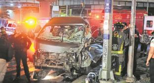 Conductores no respetan semáforo en rojo y chocan en la CDMX, uno queda prensado. Noticias en tiempo real