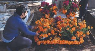 A una semana del Día de Muertos, familias adelantan limpieza en panteón de la CDMX. Noticias en tiempo real