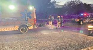 Motociclista se estrella contra tráiler al querer ganarle el paso y muere, en Morelos