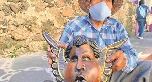 Hombre cambia campo por arte, talla máscaras de madera en Morelos