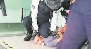 Hombre amenaza a cajeras de banco con cubeta en Morelos, no le hacen caso y rompe aparatos. Noticias en tiempo real