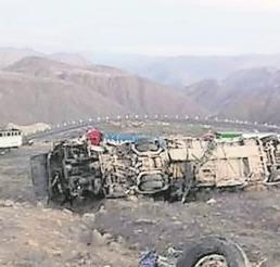 Autobús de mineros cae por un precipicio en Perú, hay 27 muertos