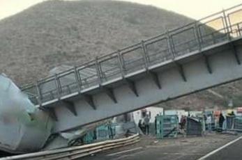 Colapso de un puente peatonal deja al menos cuatro personas lesionadas, en San Luis Potosí