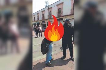 Feministas le rocían gasolina a un hombre y este se prende fuego en Edomex