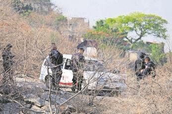 Encuentran dos cuerpos con tiro de gracia en un taxi, en Morelos