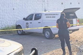 Hallan a hombre asesinado a balazos con un narcomensaje en Morelos
