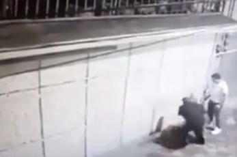 Video capta brutal golpiza a mujer en Toluca; hombre y dos mujeres solo se quedaron viendo