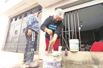 Tras fuertes lluvias, vecinos de Ixtapaluca continúan con los trabajos de limpieza