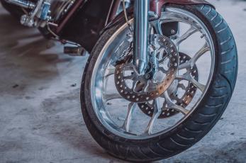 Joven motociclista termina en el hospital luego de derrapar en Edomex, no traía casco