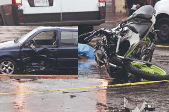 Auto que salía del confinado del Metrobús frena en seco vida de motociclista, en CDMX
