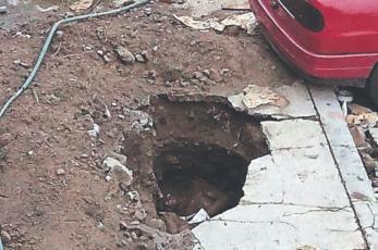 Hombre cae a socavón y ahí se muere sumergido en el agua de coladera, en Cuernavaca