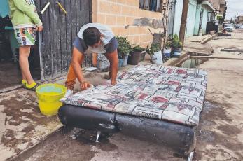 Damnificados por inundación en Ixtapaluca aún no reciben ayuda, les dan una torta y cloro