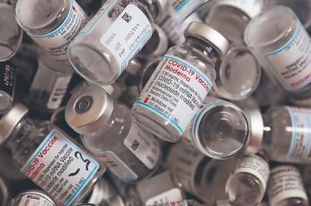"""¿Vacuna anti Covid es satánica? Moderna desmiente el uso de """"Luciferina"""" en el fármaco"""
