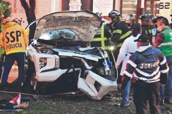Mueren agente ministerial y sus dos primos al chocar camioneta contra árbol, en CDMX