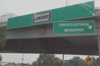 Avientan desde un vehículo a ejecutado y autos lo despedazan, en Ecatepec